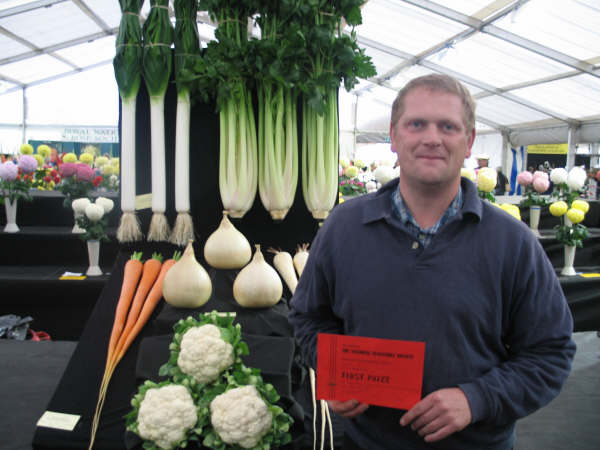 Collection of 6 vegetables, the Ayr Flwer Show Trophy